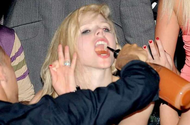 20 Celebs Actually Drunk, Hilarious Pictures!